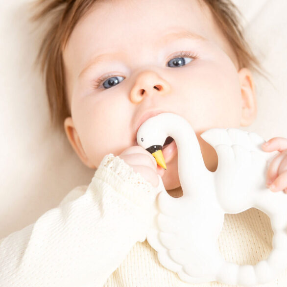 Natruba-swan-teether-girl-closeup